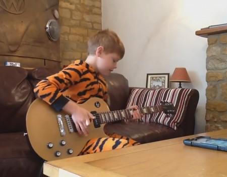 """Virales Video """"10-Jähriger teilt sein Talent auf der Gitarre mit dem Internet"""""""