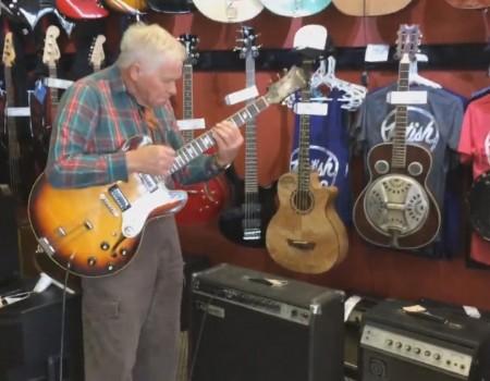 """Virales Video """"81-Jähriger Rentner legt unglaublich gutes Gitarren-Solo hin"""""""