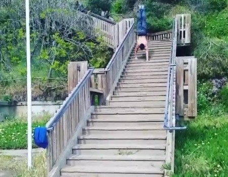 """Virales Video """"Mann läuft auf den Händen die Treppe herunter"""""""