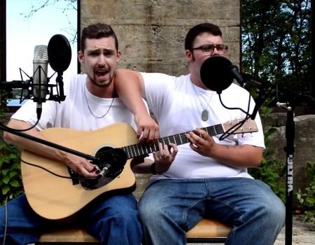 """Virales Video """"Zwei Typen performen – The Real Slim Shady – auf einer Gitarre"""""""