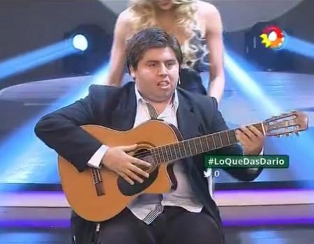 """Virales Video """"Blinder Spanier mit Gitarre will die Bühne rocken"""""""