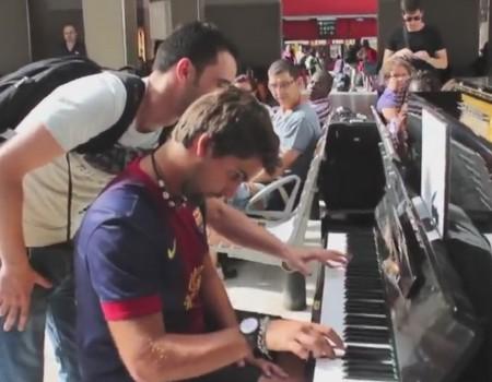 """Virales Video """"Zwei fremde Musiker spielen auf einem Klavier am Pariser Bahnhof und erreichen 7,3 Millionen Klicks"""""""