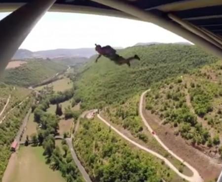 """Virales Video """"Base-Jump von einer Brücke"""""""
