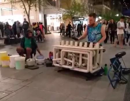 """Virales Video """"Plastik-Techno auf der Straße"""""""