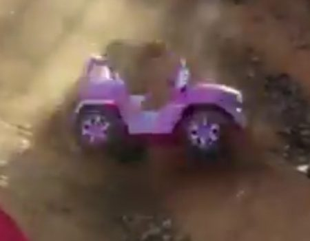 "Virales Video ""Mann hinter Barbie-Jeep zeigt Sportsgeist"""