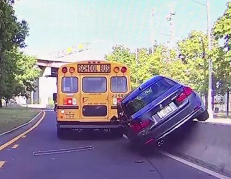 """Virales Video """"Mutiger Überholversuch eines BMW-Fahrers wird schnell vom Leben bestraft"""""""