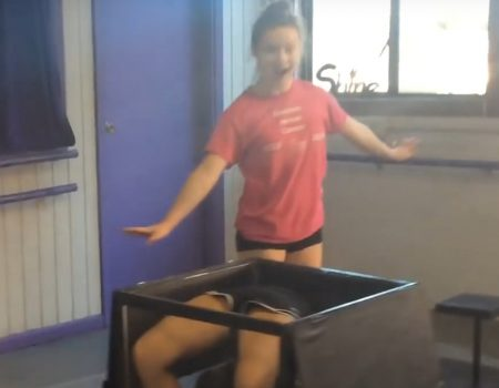 "Virales Video ""2 Girls, 1 Box"""
