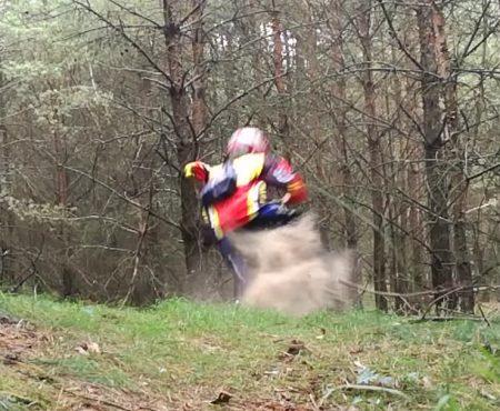 """Virales Video """"Downhill-Biker freundet sich mit einem Baum an und zerstört seinen Vorderreifen"""""""