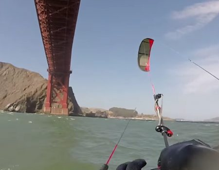 "Virales Video ""Kitesurfen unter der Golden Gate Bridge in San Francisco, Kalifornien bei klarem Wetter"""