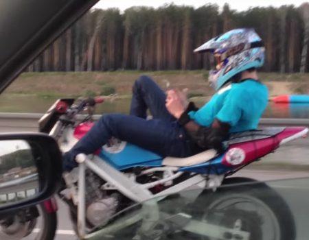 """Virales Video """"Während der Fahrt auf dem Motorrad eine SMS schreiben oder Spiele spielen"""""""