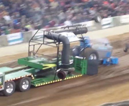 """Virales Video """"Syngenta-Traktor verliert beide Frontreifen bei einem Schlepper-Wettkampf"""""""
