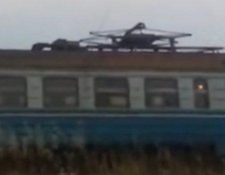 """Virales Video """"Elektrizitätsfeuerwerk über einem Zug in der Nähe von Kriwoj, Russland"""""""