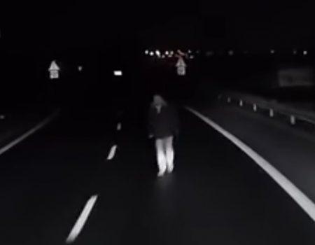 """Virales Video """"Slowakischer Truckfahrer entkommt auf der Autobahn hauchdünn einem Zusammenstoß mit einem Mann"""""""