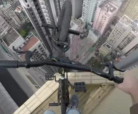 """Virales Video """"Desperado Olegcricket auf einem BMX-Fahrrad nur Millimeter von einem Absturz entfernt"""""""