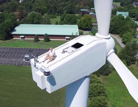 """Virales Video """"Drohne ertappt Mann auf einer Windturbine bei einem Sonnenbad 200 Meter über der Erde"""""""