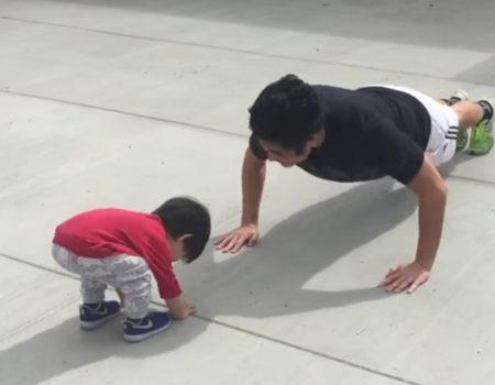 """Virales Video """"Kleines Kind versucht die Liegestützen seines Vaters nachzueifern und versagt kläglich"""""""