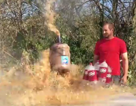 """Virales Video """"Unerwartete Explosion bei einem Experiment mit 19 Litern Dr. Pepper Cola und 40 Mentos"""""""