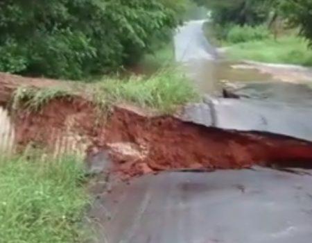 """Virales Video """"Straße in Texas lässt durch starke Überflutung nach und wird einfach weggetrieben"""""""