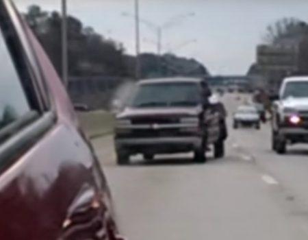 """Virales Video """"Autofahrer ist nach einem Blick in den Rückspiegel verblüfft über seinen Hintermann"""""""