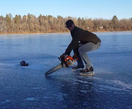 """Virales Video """"Über den vereisten See gleiten mit einer Kettensäge und einem Paar Schlittschuhe"""""""