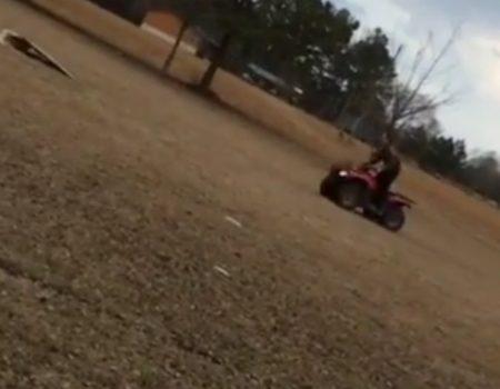 """Virales Video """"Schanzen mit einem Quadbike geht schief und zerschmetterte die Schulter des Fahrers"""""""