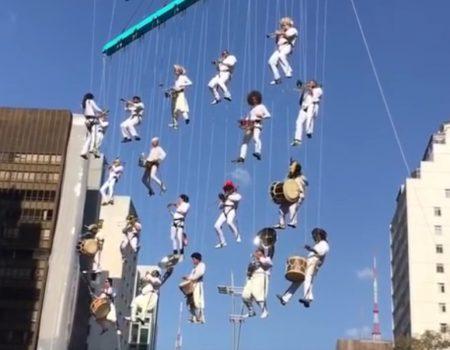 """Virales Video """"Band wird bei einer Veranstaltung in São Paulo mit einem Kran in der Luft gehalten"""""""