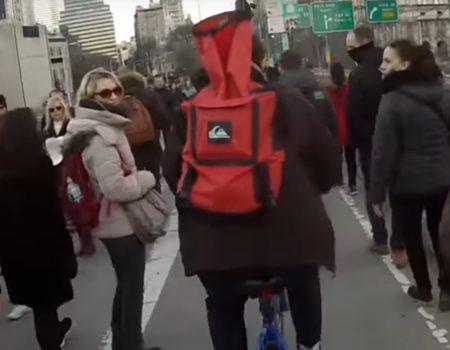 """Virales Video """"Höflicher Fahrradfahrer weist Passanten auf die Fahrradspur in Brooklyn, New York hin"""""""