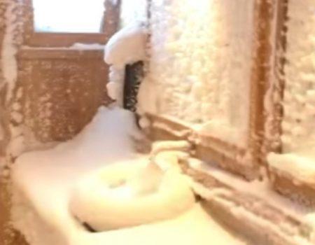 """Virales Video """"Aus Versehen das Toilettenfenster beim Skiurlaub offen gelassen"""""""