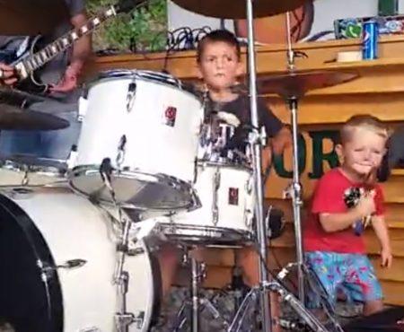 """Virales Video """"6-jähriger Schlagzeuger namens Mihail stiehlt auf diesem kleinen Event am See jedem Musiker die Show"""""""