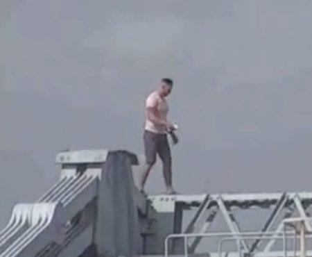 """Virales Video """"Betrunkener Mann aus Anglesey, Wales klettert auf eine 45 Meter hohe Brücke nachdem er aus einer Bar geworfen wurde"""""""
