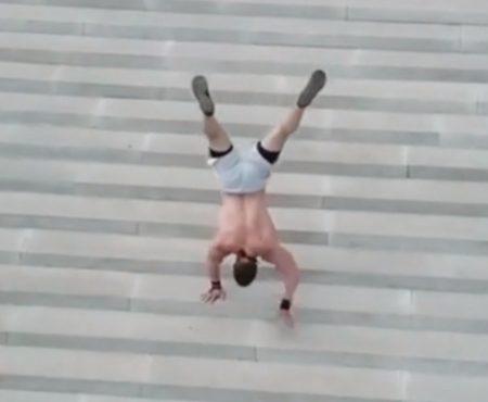 "Virales Video ""Beeindruckender Mann bezwingt rekordverdächtige 99 Treppen-Stufen in der russischen Stadt Ufa (Vatan City) im Handstand"""