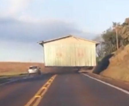 """Virales Video """"Verrückt: Ein ganzes Haus wird per Anhänger in Rio Grande do Sul in Brasilien über eine kleine Landstraße überführt"""""""