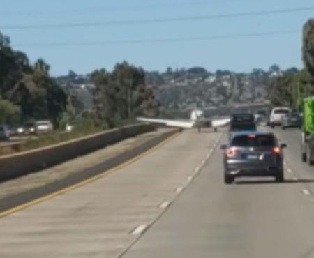 """Virales Video """"Flugzeug musste eine Notlandung hinlegen und landet perfekt auf einem Freeway in El Cajon, Kalifornien in Amerika"""""""