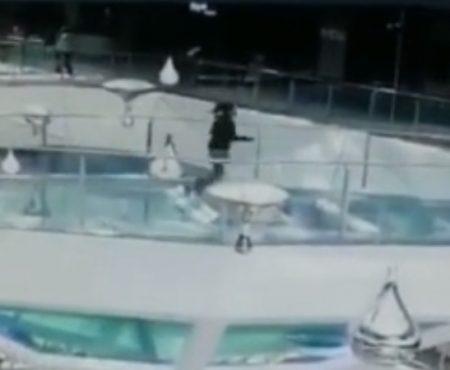 """Virales Video """"In einer chinesischen Mall in Jiaxing City fällt eine junge Frau in ein Haifischbecken und kommt mit dem Schrecken davon"""""""