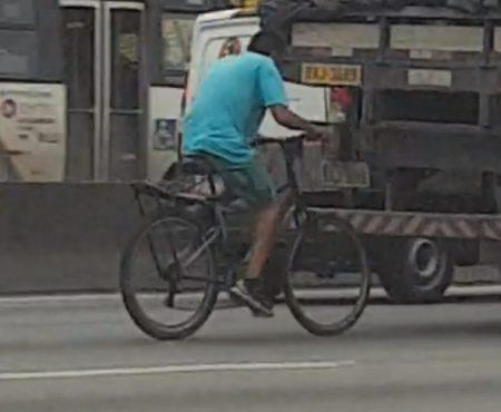 """Virales Video """"Fahrradfahrer hängt sich an einen Lastwagen und cruist illegalerweise mit Höchstgeschwindigkeit über die Autobahn"""""""