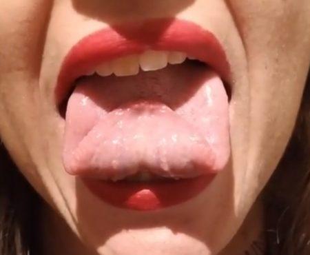 """Virales Video """"Junge Frau präsentiert in einem Videoclip ihre flexible Zunge und wird dich mit ihrem außergewöhnlichen Talent verblüffen"""""""