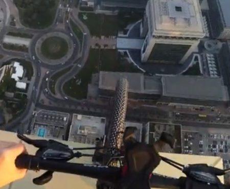 """Virales Video """"Rooftopping: Fahrradfahren in 328 Metern Höhe auf dem Dach eines Wolkenkratzers in Dubai"""""""