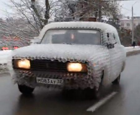 """Virales Video """"Mann aus Bryansk in Russland hat keine Lust mehr auf Autoschäden und schützt seinen Lack mit Plastikbechern"""""""