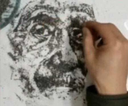 """Virales Video """"Künstler Dong Jianying aus dem Norden Chinas malt spontan mit Zigarettenasche ein Portrait von Albert Einstein"""""""
