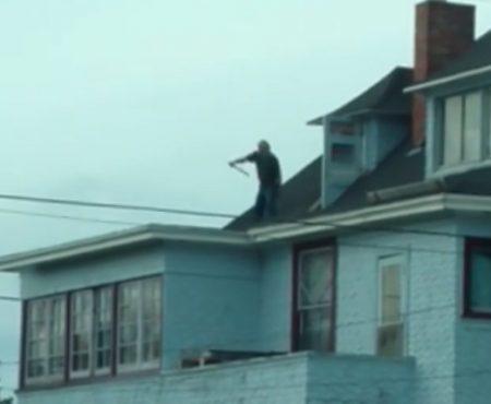 """Virales Video """"Mann aus Eureka, Kalifornien übt auf seinem Dach jeden Morgen Karate und amüsiert damit seine Nachbarschaft"""""""