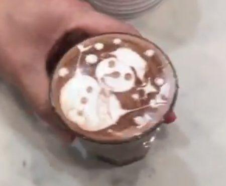 """Virales Video """"Talentierter Barista zaubert in einem australischen Cafe einen Schneemann aus Milchschaum und Sirup auf ein Kakao-Getränk"""""""