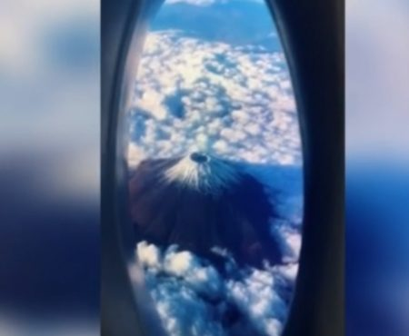 """Virales Video """"Influencer-Naturtalent: Kreativer Mann inszeniert einen Flug über einen Vulkan mit seinem Smartphone und einer Waschmittelflasche"""""""