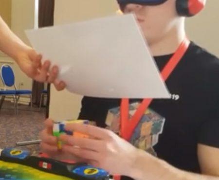 """Virales Video """"Extrem talentierter junger Mann namens Alex löst mit verbundenen Augen völlig blind einen Rubic's Cube Zauberwürfel"""""""