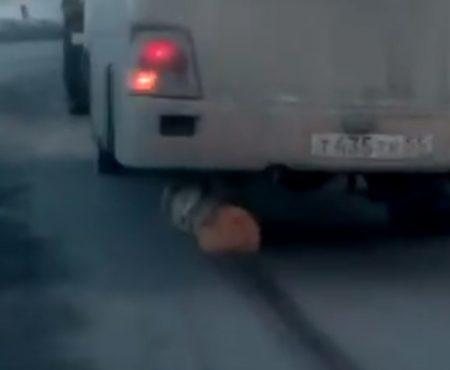 """Virales Video """"Bus aus Kemerovo in Russland verwendet kurzerhand einen abgesägten Baumstamm anstatt eines Reifens"""""""